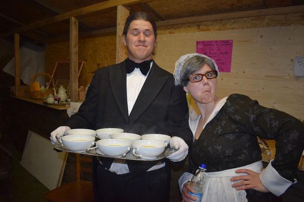 Ellie und Benson alias Ursula und Michi lassen Familie Otis und ihre (ständigen) Gäste nicht lange warten...