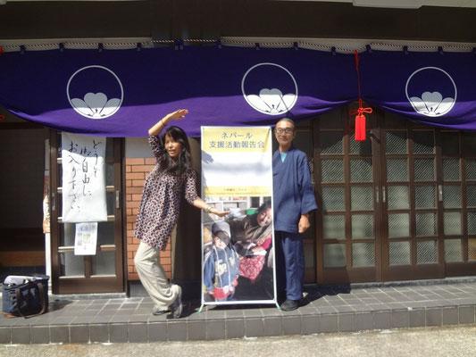 金沢会場 書家の楠天然さんと徳法寺の前で