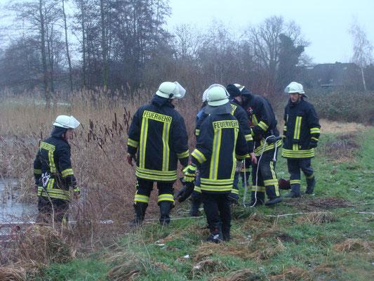 Schnell werden geeignetes Rettungsgerät (Steckleiterteile und Feuerwehrleinen) an die Uferkante gebracht.
