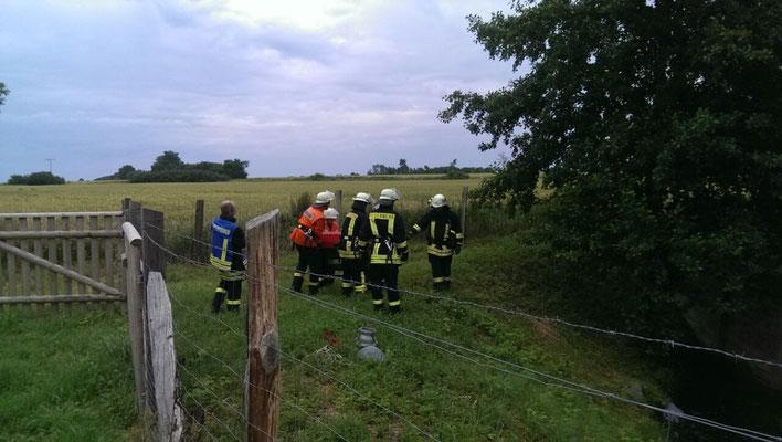 """Gruppe 2: Am Regenrückhaltebecken in der Nähe des Hofes """"Vöge"""" wird die Wasserentnahme aus einem offenen Gewässer vorgenommen."""