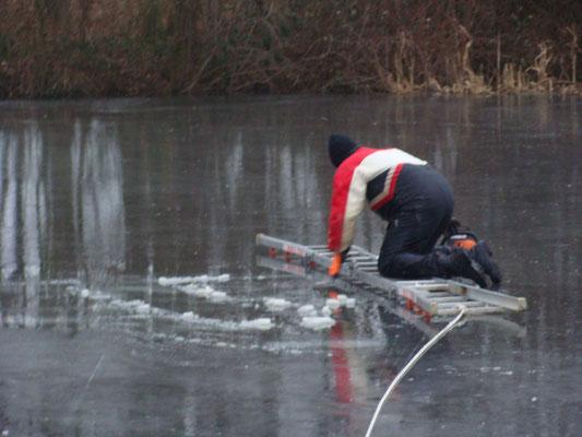 Tatsächlich war das Eis etwa 12cm dick und damit ausreichend tragfähig.