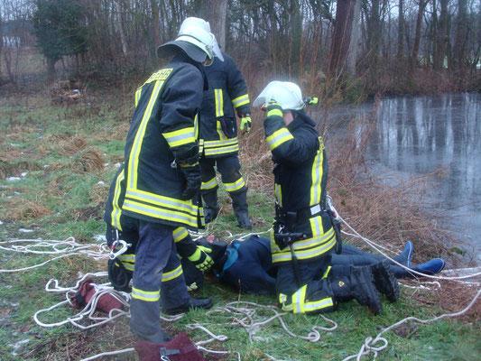 Die eingebrochene Person ist gerettet. Hierbei handelte es sich zum Glück nur um eine Übung, doch haben die Kameradinnen und Kameraden auch hierbei viel gelernt und sind somit auch für einen eventuellen Ernstfall bestens vorbereitet.