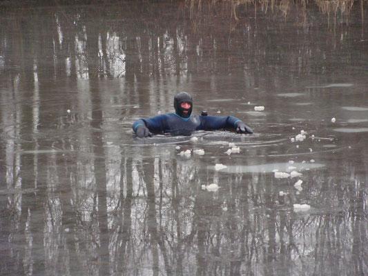...um dann laut rufend im Eisloch auf Rettung zu warten.