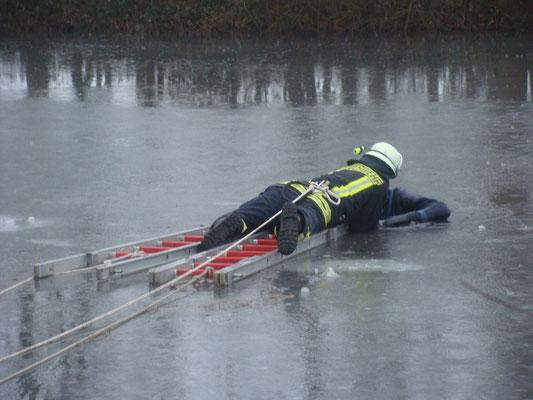 Als die Person erreicht ist, kommt eine Bandschlinge zur Rettung zum Einsatz.