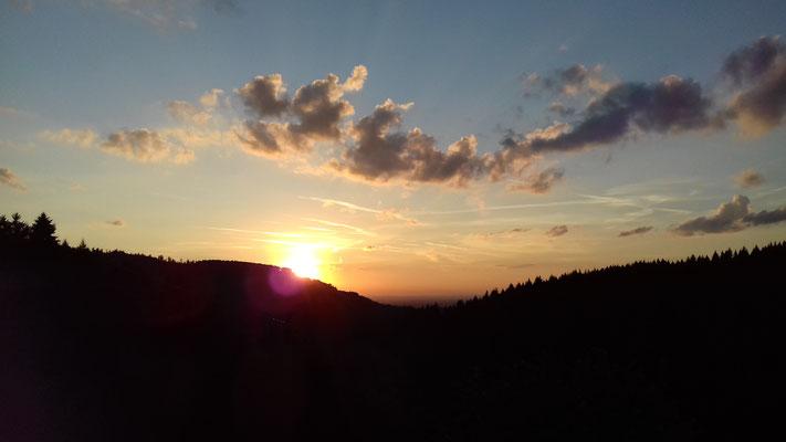 Ferienhof Hölzleberg - Ferienwohnung im Schwarzwald - Aussicht Sonnenuntergang vom Balkon der Ferienwohnungen