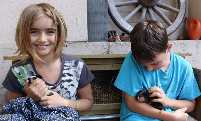 Ferienhof Hölzleberg - Ferienwohnung im Schwarzwald - Kinder im begehbaren Hasen- und Meerschweinchenstall