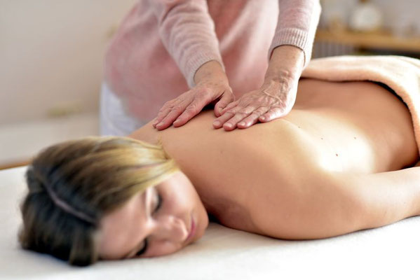 Wellness Massage mit Aromaöl