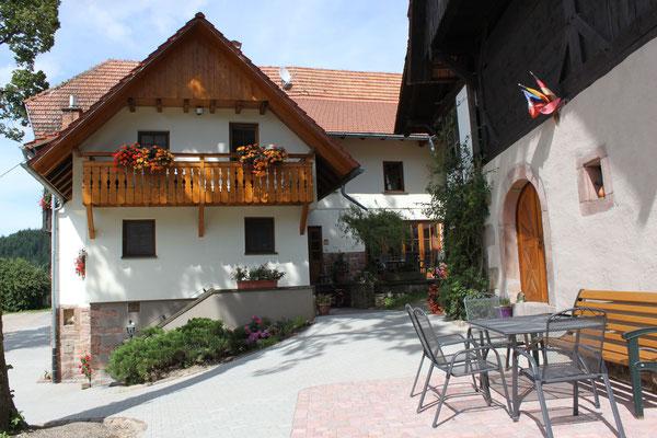 Ferienhof Hölzleberg - Ferienwohnung im Schwarzwald mit Pool, mit Schwimmbad, Ferienwohnung Schwarzwald von privat in Durbach - Hof Hölzleberg Ansicht Innenhof