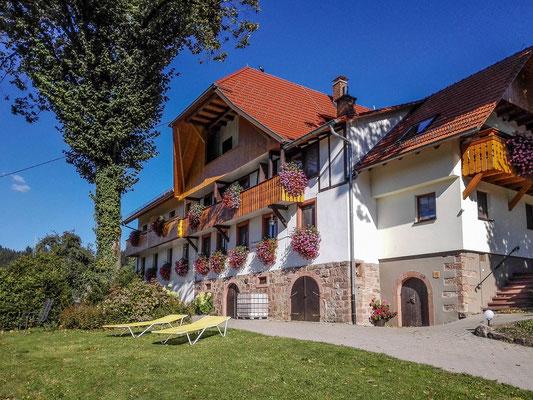 Ferienhof Hölzleberg - Ferienwohnung im Schwarzwald mit Pool, mit Schwimmbad, Ferienwohnung Schwarzwald von privat in Durbach - Hof Hölzleberg Ansicht mit Liegewiese