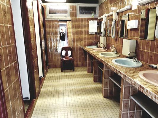4 douches  et 4 lavabos et sèche cheveux; papier essuie- mains; prises rasoir
