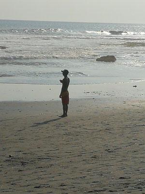 Strandschiri schaut genau aufs Abseits