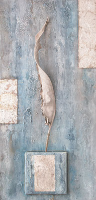 """ Strelizie eleganzia "", Acryl auf Leinwand 50 x 100 cm, getrocknetes Strelizienblatt, gespachtelt, Flächen mit Kaffeesatz versilbert, Silberdraht, Eisenplatte versilbert  (verkauft)"