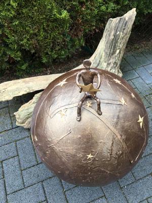 """""""Sternen-Bola"""", Styroporkugel (Durchmesser 50 cm), Drahtfigur, Dekorationshärter, Kupferpigment, ca. 80 cm hoch"""
