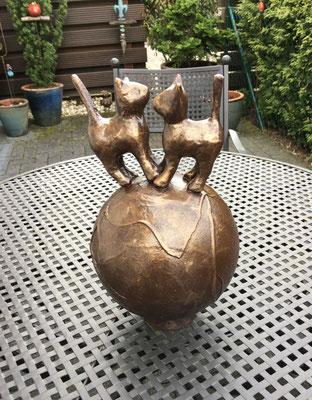 """""""Katzen on tour"""", Styroporkugel, Pappmaché, Dekorationshärter und Kupferpigment, ca, 40 cm hoch"""