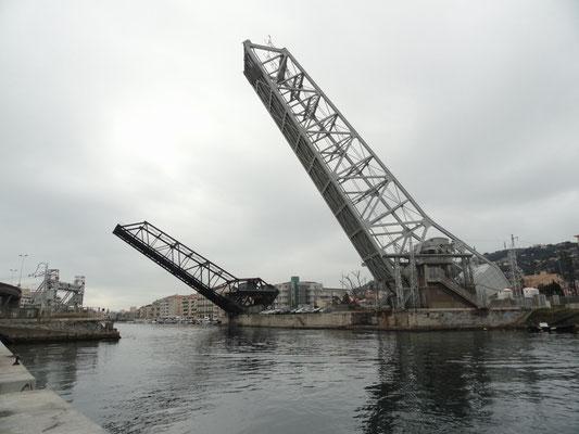 Sète - Strassen- und Eisenbahnbrücke wegen Segelschif hochgeklappt