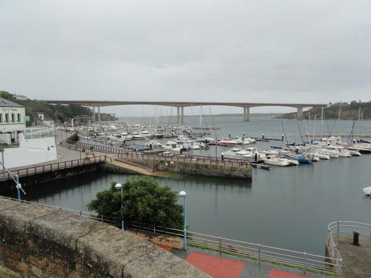 Ribadeo - Hafen und Brücke mit Autostrasse und Fussweg