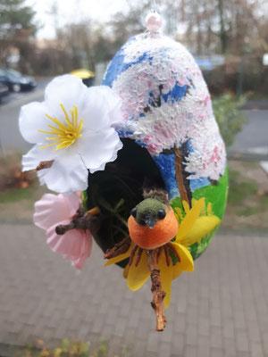 Gipsei mit Blumen und Vogel