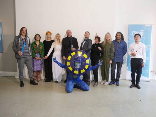 Dritter PERFORMANCEDAY 2017, Wiesbaden / Abschluss-Bild mit allen Performern inkl. Kuratoren und Stadtrat Helmut Nehrbaß