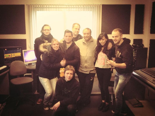 """Martin mit seiner Band """"Dark Violence"""" und seinem Produzenten Ralf Brütting im Tonstudio Soundlab (2013)"""