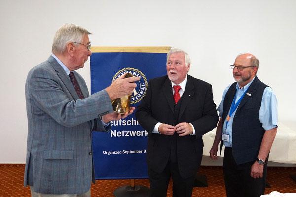 Dr. Michael Henrich stiftet die Versammlungs-Glocke / Gerd Maubach / Ralf-Otto Gogolinski