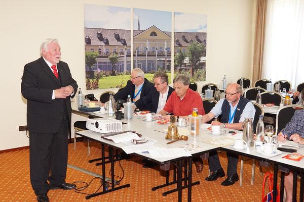 Präsident Gerd Maubach eröffnet die Charter-Feier