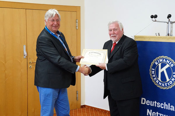 Governor Prof. Dr. Burkhard Kemmann übereicht die Charter-Urkunde