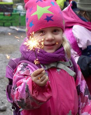 Nach dem Weihnachtsgeschichtenweg dürfen alle Kinder eine Wunderkerze anzünden.