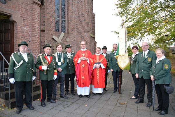 St. Michael Schützenbruderschaft Kelz mit dem Bischof und Pfarrer Gerd Kraus