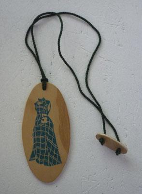 Amulette Odette (Brüsseler Familie), Linoldruck auf Holz, Textilband, 2015
