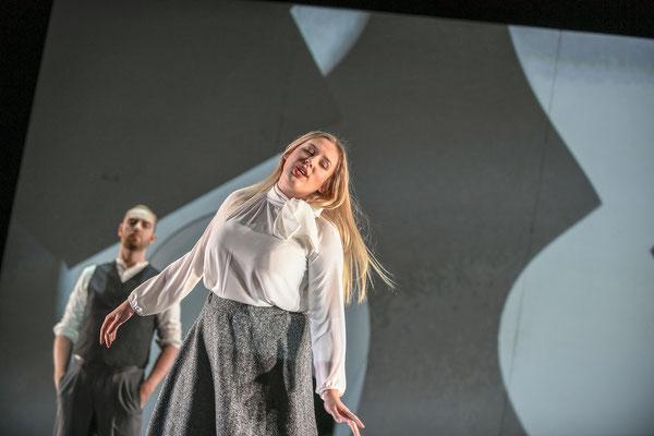 Als Son beau-père in Le pauvre matelot, Sa famme: Paulina Bilarczyk, Staatsschauspiel Dresden, kleines Haus 2019, (c) Sebastian Hoppe