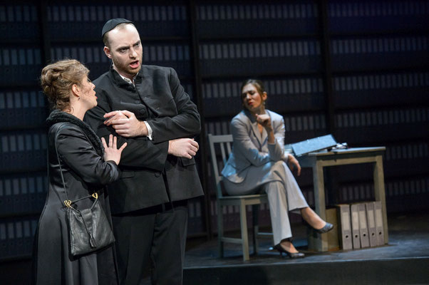 Als Mr Kofner in Der Konsul, Italienerin: Rea Alaburic, Sekretärin: Dimitra Kalaitzi-Tilikidou, Mittelsächsisches Theater 2019, (c) fotografie jörg metzner