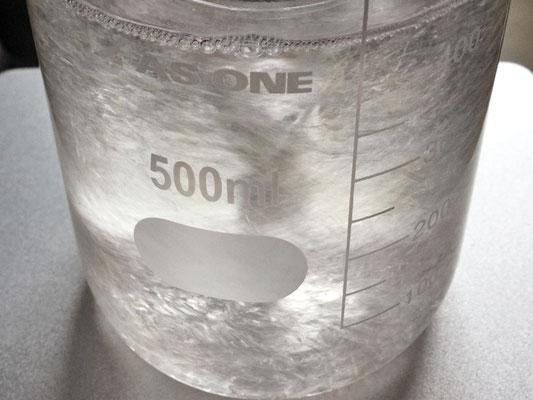 攪拌・溶解途中のアクリル樹脂のペレット