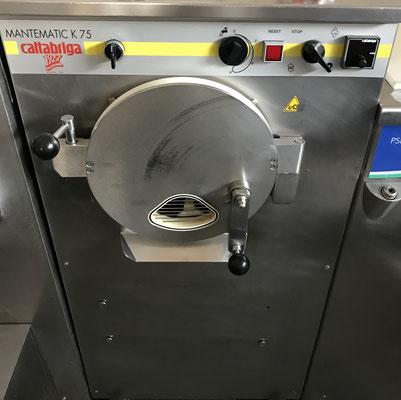 EisMaschine und Kühlung - so wird aus den flüssigen, fertig zubereiteten Zutaten, richtiges Eis