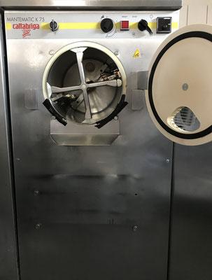 EisMaschine mit innerem Kühlbereich und den motorbetriebenen Drehmessern
