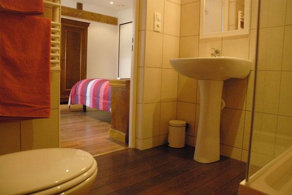 salle de bains privative à la chambre tournesol
