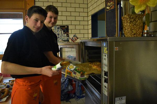 Carl und Max beim Brezelbacken