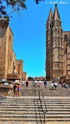 am Fuße der Kathedrale