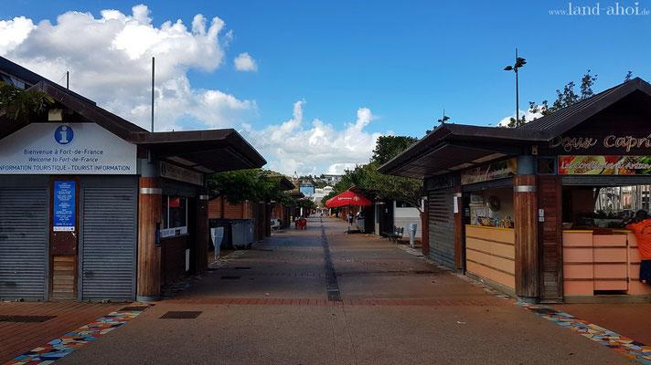 Händler- und Imbissbuden am Platz Place de la Savane