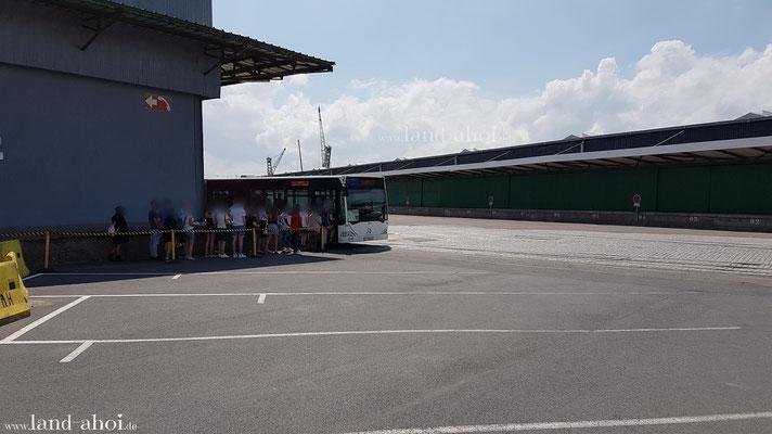 Shuttlebus am Liegeplatz der Kreuzfahrtschiffe