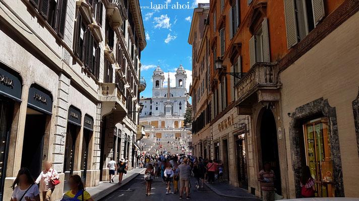 Straße zur Spanischen Treppe zwischen Gucci und Prada