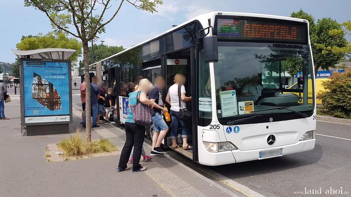 Shuttlebus an der Haltestelle am Einkaufszentrum
