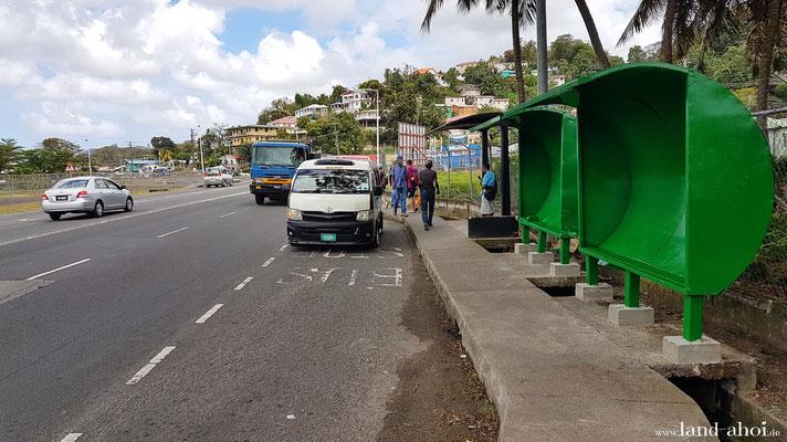 Bushaltestelle mit typischen Kleinbus