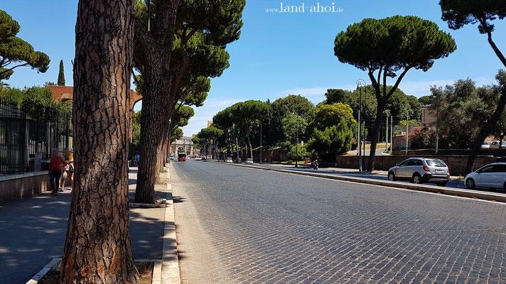 Die Straße führt vom Konstantinbogen zum Circus Maximus