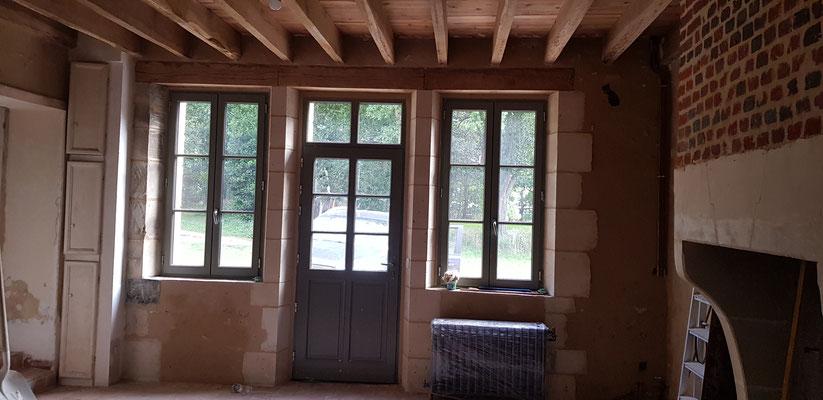 Ebrasements intérieurs en pierres de taille, pose de menuiseries extérieures bois, peinture des menuiseries effectuées en usine (image)