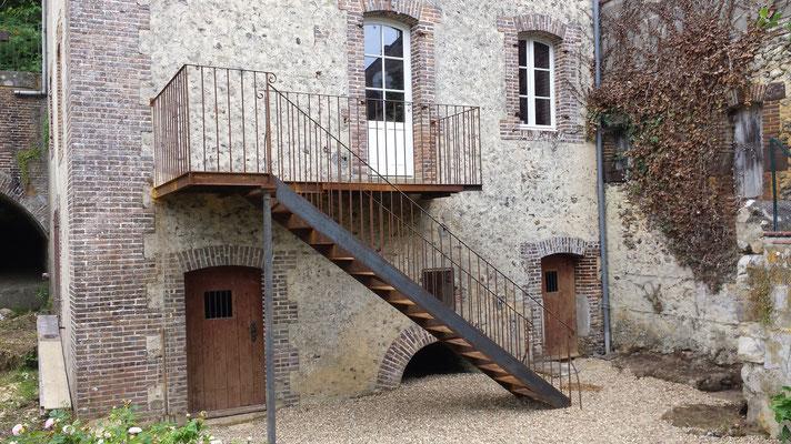 Balcon escalier sur poteau fonte ancien de récupération