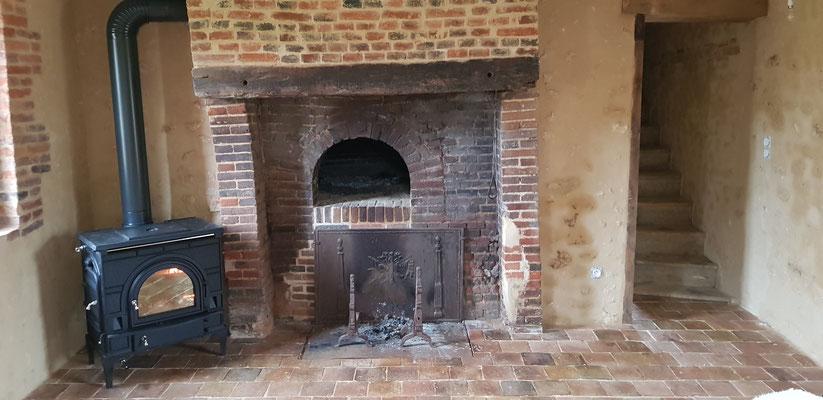 Pièce à feu rénovée, carrelage terre cuite de récupération, rénovation du four à pain