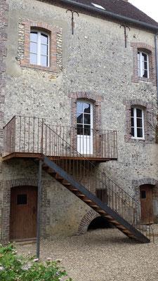 Rétrécissement d'une ouverture, maçonnerie de briques de parement avec linteau cintré