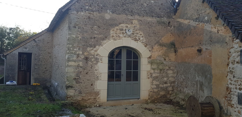Création ouverture en pierres, linteau en anse de panier, pose de menuiserie bois isolante peinte en usine