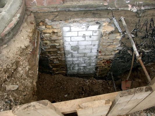 zugemauerte Kellertür ohne Abdichtung