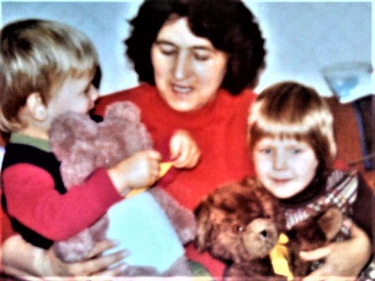 Oma, mein Bruder, ich und PATZI !!! das einzige Bild mit meinem Teddy
